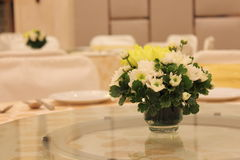 Vaas van bloemen op de lijst Royalty-vrije Stock Foto's