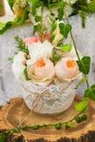 Vaas van bloemen op een houten stomp Decoratie voor de lijst Stock Afbeelding