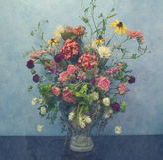 Vaas van bloemen tegen blauwe muur Royalty-vrije Stock Afbeeldingen