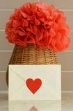 Vaasmand met rode papieren zakdoekjebloem op keuken tegenbovenkant Stock Foto's