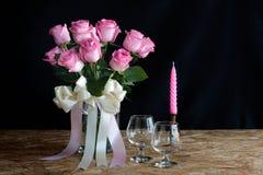 Vaasrozen voor valentijnskaartdag, Stillevenstijl Stock Afbeeldingen