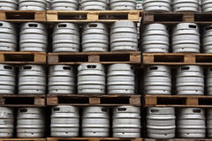 Vaatjes bier in regelmatige rijen Stock Foto