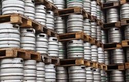 Vaatjes bier in regelmatige rijen Royalty-vrije Stock Foto's