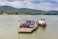 Vac,匈牙利 2017年7月16日 横跨多瑙河,匈牙利的地方轮渡运输 人和汽车的轮渡 库存照片