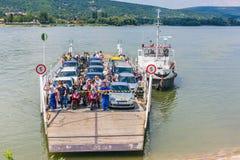 Vac,匈牙利 2017年7月16日 横跨多瑙河,匈牙利的地方轮渡运输 人和汽车的轮渡 免版税库存照片