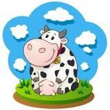 Vaca amigável dos desenhos animados que senta-se na grama Imagens de Stock