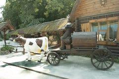 Vaca aprovechada a un carro Foto de archivo libre de regalías