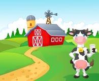Vaca de la historieta que sostiene un vidrio de leche con el fondo de la granja Imágenes de archivo libres de regalías