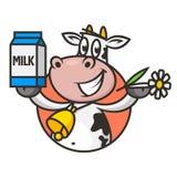 A vaca do emblema guarda a flor e o leite de empacotamento Fotografia de Stock Royalty Free