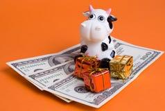 Vaca e presentes Foto de Stock Royalty Free
