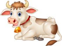 Vaca engraçada dos desenhos animados que senta-se no fundo branco Fotografia de Stock Royalty Free