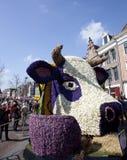 Vaca holandesa con las flores en el desfile de la flor Imagen de archivo libre de regalías
