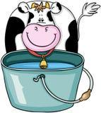 Vaca linda con el cubo con agua Fotos de archivo