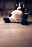 Vaca triste brinquedo enchido no Sepia Imagens de Stock Royalty Free