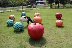 Vaca y los objetos Foto de archivo libre de regalías