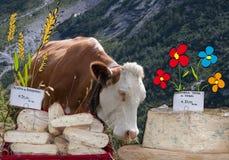 Vaca y quesos de la composición Imagen de archivo libre de regalías