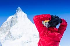 Vacaciones alegres del esquí en las montañas hermosas del fondo y el cielo azul Foto de archivo libre de regalías