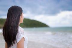 Vacaciones asiáticas hermosas de la mujer en la playa de Tailandia Fotos de archivo libres de regalías