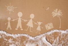Vacaciones de familia del verano, en textura mojada de la arena Fotos de archivo libres de regalías