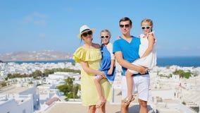 Vacaciones de familia en Europa Fondo de los padres y de los niños la ciudad vieja en la isla de Mykonos, Grecia metrajes