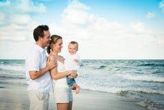 Vacaciones de familia en la playa con el bebé Fotos de archivo libres de regalías