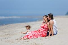 Vacaciones de familia por el mar Foto de archivo