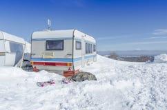 Vacaciones de invierno de la nieve de la caravana del coche Imágenes de archivo libres de regalías