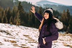 Vacaciones de invierno, la muchacha en las montañas Fotografía de archivo