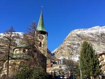 Vacaciones de la hermosa vista de Suiza del invierno de la nieve de las montañas foto de archivo