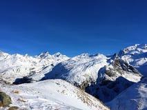 Vacaciones de la hermosa vista de Suiza del invierno de la nieve de las montañas imagen de archivo