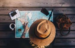 Vacaciones de la planificación turística usando mapa del mundo Fotografía de archivo