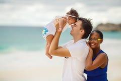 Vacaciones de la playa de la familia. Imagen de archivo libre de regalías
