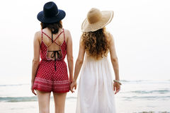 Vacaciones de las vacaciones de verano de la playa de las muchachas junto Imagenes de archivo
