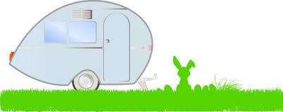 Vacaciones de Pascua: conejito de pascua, huevos y caravana, ilustración del vector