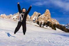 Vacaciones de salto de la felicidad de la montaña de la nieve de la mujer Imagen de archivo libre de regalías