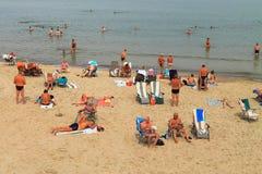 Vacaciones de Ummer en una playa arenosa en la costa del mar Báltico Fotos de archivo libres de regalías