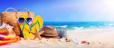 Vacaciones de verano - accesorios de la playa en la costa Fotografía de archivo