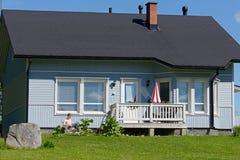 Vacaciones de verano alrededor de una casa de campo Foto de archivo libre de regalías
