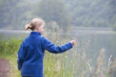Vacaciones de verano: chica joven al aire libre en naturaleza Fotos de archivo libres de regalías
