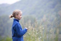 Vacaciones de verano: chica joven al aire libre en naturaleza Foto de archivo