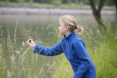 Vacaciones de verano: chica joven al aire libre en naturaleza Fotografía de archivo libre de regalías
