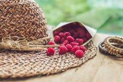 Vacaciones de verano, vacaciones, concepto de la relajación Frambuesas, sombrero de paja Espacio de la copia del texto libre Conc Imagenes de archivo
