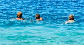 Vacaciones de verano de Familys en el mar (Grecia) Imágenes de archivo libres de regalías