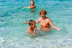 Vacaciones de verano de Familys en el mar (Grecia) Imagenes de archivo