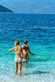 Vacaciones de verano de Familys en el mar (Grecia) Foto de archivo