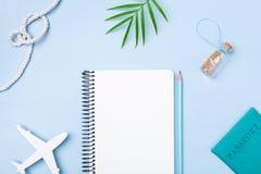Vacaciones de verano del planeamiento, turismo y fondo de las vacaciones Cuaderno de los viajeros con los accesorios en la opini? fotos de archivo