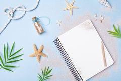 Vacaciones de verano del planeamiento, turismo y fondo de las vacaciones Cuaderno de los viajeros con los accesorios en la opini? fotografía de archivo