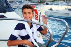 Vacaciones de verano del puerto deportivo del mar del muchacho del adolescente en barco Imágenes de archivo libres de regalías
