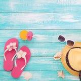 Vacaciones de verano en costa de la playa Las chancletas del verano de los complementos, sombrero, gafas de sol en la turquesa br Imágenes de archivo libres de regalías