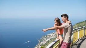 Vacaciones de verano en Italia Hombre joven y poca hija en el fondo, costa de Amalfi, Italia metrajes